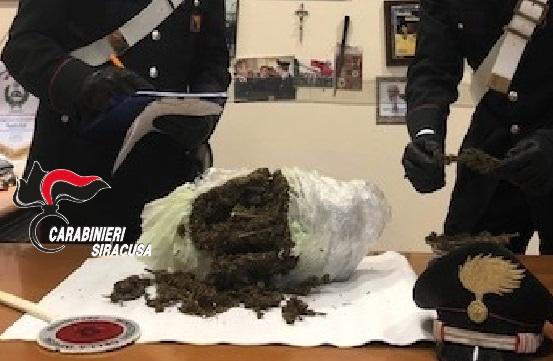 Carlentini, un sacco con un chilo di marijuana vicino ad una scuola