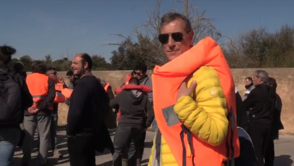 Porticciolo di Selinunte impraticabile, protesta coi giubbotti di salvataggio