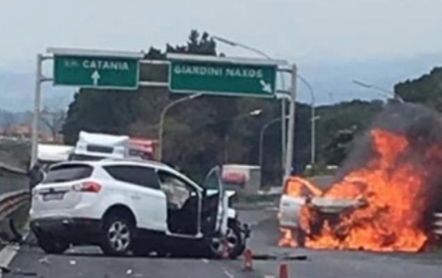 Auto in fiamme sulla A18, due persone ferite a Giardini Naxos