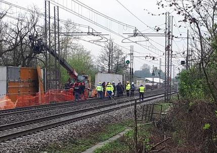 Incidente sul lavoro nel Milanese, 2 operai morti colpiti da una lastra metallica
