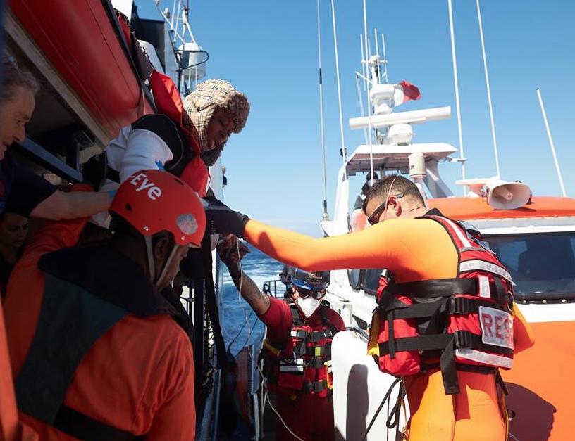 Nave coi migranti nel mare di Malta, donna si sente male e viene portata a terra