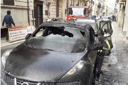 Due auto in fiamme in pieno centro a Reggio Calabria