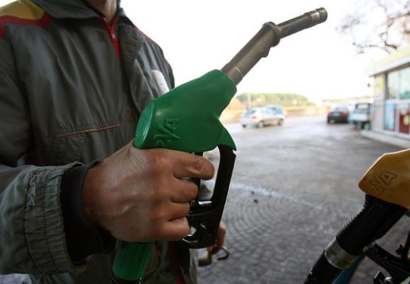 Il costo della benzina sale alle stelle: nelle autostrade pure 2 euro al litro