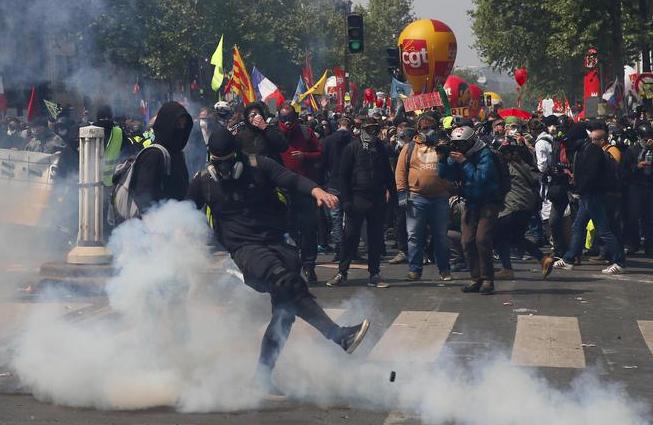 Gilet gialli, altra giornata di guerriglia a Parigi: per i sindacati 'repressione inaudita'