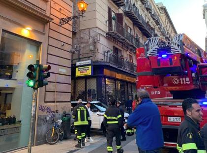 Crolla un cornicione nel centro storico di Palermo: ragazza in ospedale