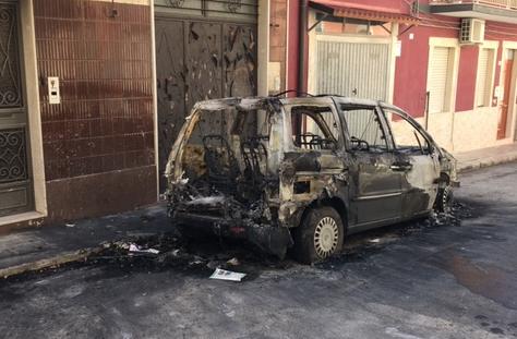 I piromani tornano in azione a Rosolini, auto in fiamme in via Giulia