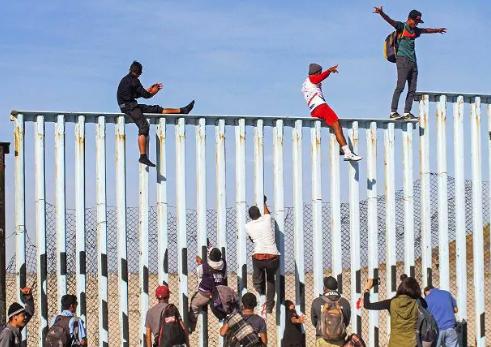 """Trump ai consiglieri della Casa Bianca: """"Barriera d'acciaio con il Messico"""""""