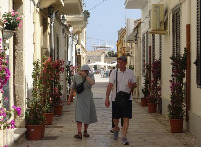 Suor Cristina in cerca di refrigerio visita la borgata di Marzamemi