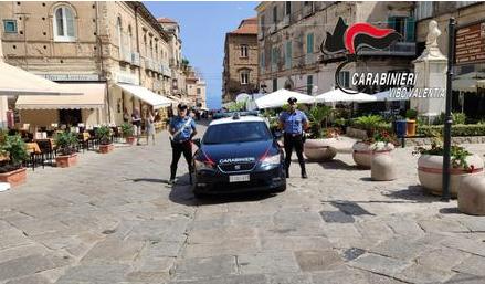 Carabiniere libero dal servizio sventa una rapina in una gioielleria di Tropea