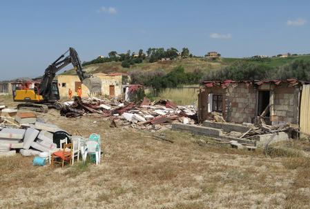 Demolito in provincia di Crotone stabilimento balneare abusivo