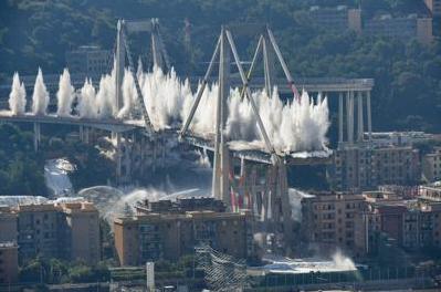 Abbattuti a Genova con una carica esplosiva i resti del ponte Morandi