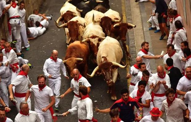 Al via la corsa dei tori a Pamplona: già tre persone ferite