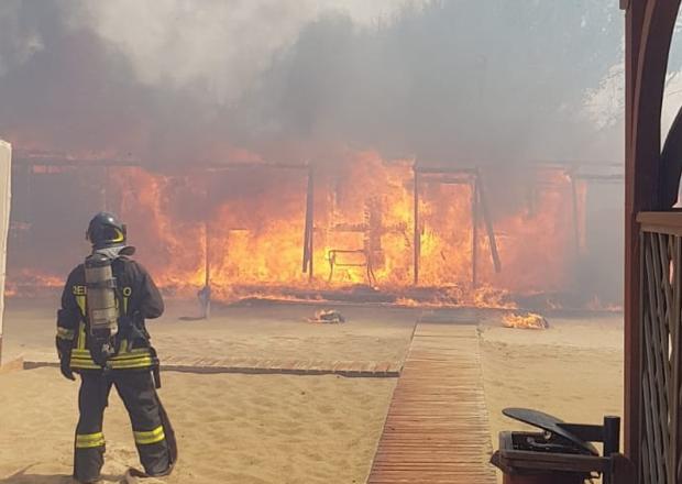 Inferno di fuoco al lido Europa a Catania, evacuata la spiaggia di Marina di Priolo