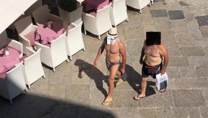"""Ordinanza del sindaco di Tropea: """"Vietato girare in paese in costume"""""""