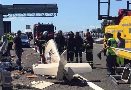 Ultraleggero precipita sulla A 26 sulla Torino - Piacenza, morto il pilota