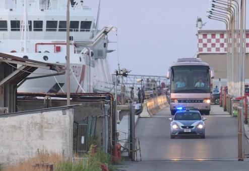 Migranti, la Procura di Siracusa apre fascicolo su comandante Gregoretti