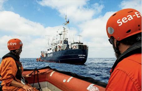 Migranti, urla e abbracci di gioia sulla Alan Kurdi: già sbarcati a Malta