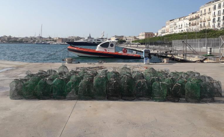 Siracusa, la Capitaneria sequestra 89 nasse nel mare del Plemmirio