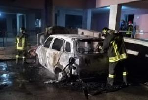Piromani in azione a Priolo, incendiata una Fiat 500 in via Carlo Goldoni