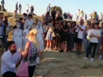Agrigento, proposta di nozze all'alba nella Valle dei Templi