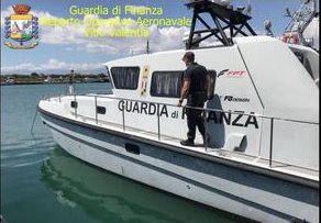 Sei diportisti con la barca in avaria soccorsi dalla Finanza nel Canale degli Stombi