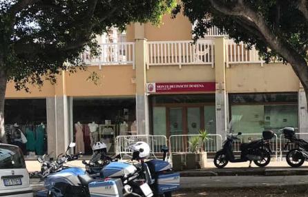 Palermo, preleva 300 euro al bancomat e viene rapinato: un arresto