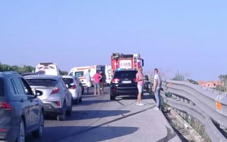 Avola, auto contro guard-rail per lo scoppio di un pneumatico: ci sono feriti