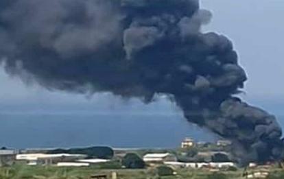 Fuoco in uno sfasciacarrozze a Palermo, esplodono bombole gas