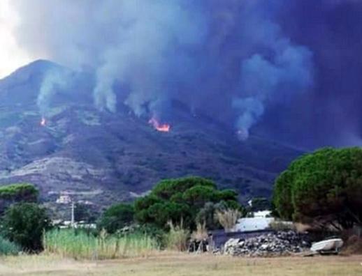 Lo Stromboli in eruzione fa paura, forte boato e turisti portati in Chiesa