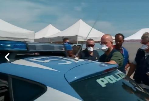 Fermato a Pozzallo  scafista al timone del gommone con 104 migranti (VIDEO)