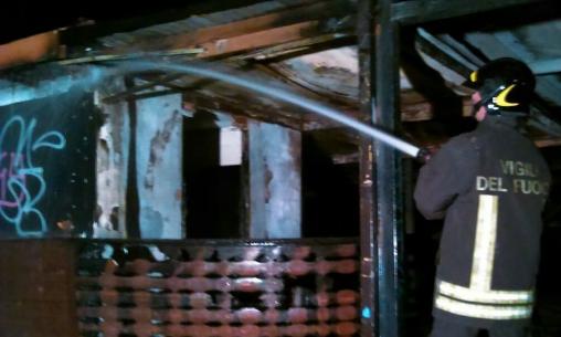 Il fuoco distrugge il 'Latino Beach' a Porto Empedocle: probabile il dolo