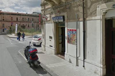 Siracusa, due banditi armati di coltello rapinano tabaccaio in via Piave