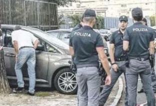 Il cadavere di un uomo ritrovato nel bagagliaio di un' auto a Napoli