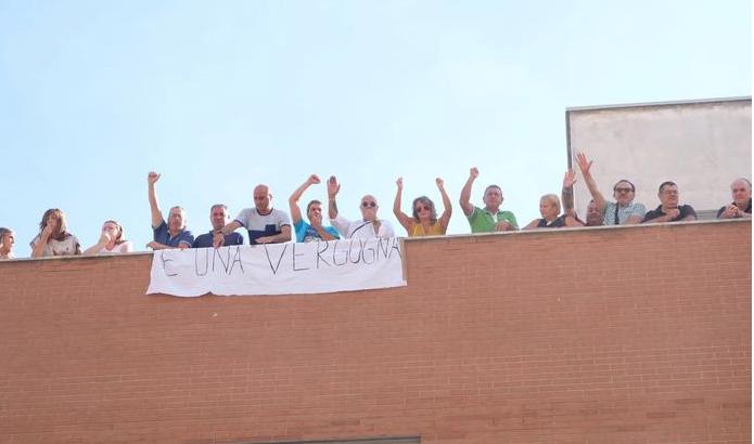 Lavoratori di una coop a rischio licenziamenti sul tetto dell'ospedale di Cosenza