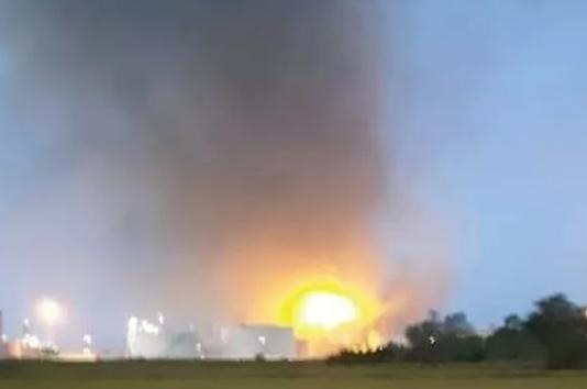 Esplosione in una Raffineria Eni nel Pavese, nessun ferito ma alta colonna di fumo a Sannazzaro de' Burgondi