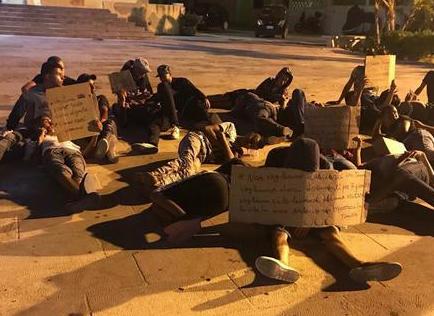 Più sbarchi che partenze a Lampedusa, hotspot out e protesta dei tunisini