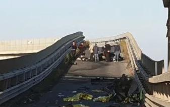Strage di ragazzi a Belpasso, auto  si schianta contro il guard rail: 4 morti