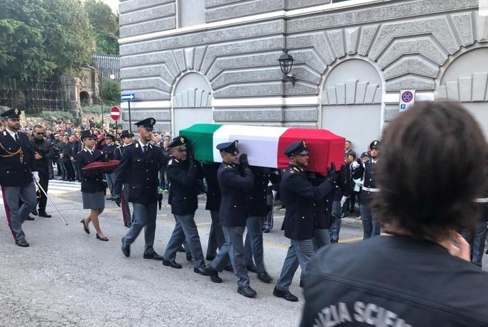 L'addio commosso di Trieste ai due poliziotti assassinati: le salme in viaggio verso casa