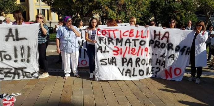 Manifestazione a Catanzaro dei precari della sanità licenziati