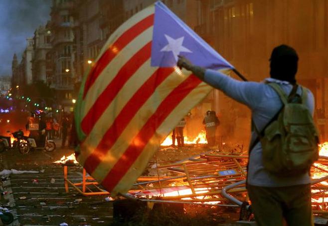 Quinta notte di scontri in Catalogna, 89 feriti e trentuno arresti a Barcellona