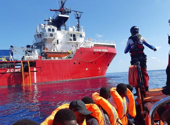 Ocean Viking chiede porto a Italia o Malta per sbarcare 104 migranti