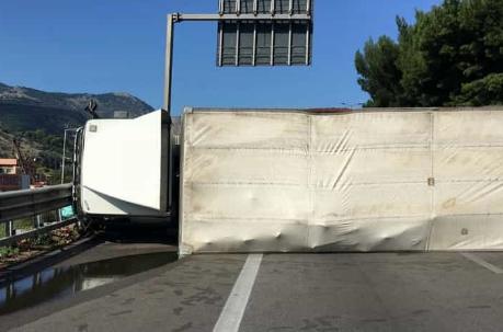 Autocarro si ribalta all'imbocco dell'autostrada A29 di Palermo: è il caos