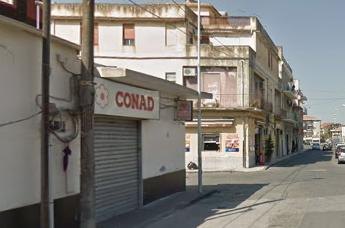 Lentini, due banditi  assaltano un supermercato: prendono i soldi e fuggono