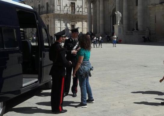 """""""Rissa con persona accoltellata al Duomo"""", era falso: due ragazze nei guai a Siracusa"""