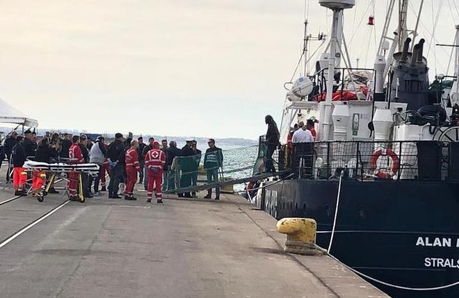 Migranti, domenica di sbarchi: 88 a Taranto e quasi 200 a Pozzallo