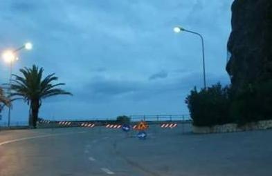 Massi e detriti sulla 113, chiusi  2 chilometri di strada a Gioiosa Marea