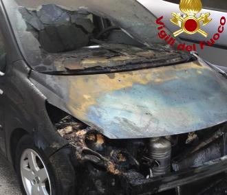 Siracusa, in fiamme auto in sosta in via Luigi Spagna