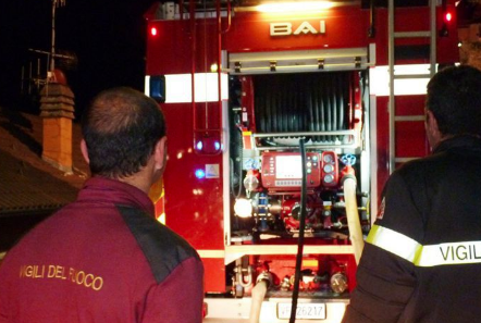 Autorimessa in fiamme a Palermo, distrutte auto e bus: indaga la polizia