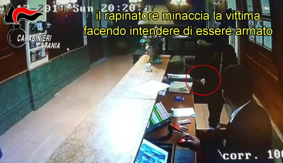 Catania, rapina un hotel: lo prendono sul bus 'Librino Express' VIDEO