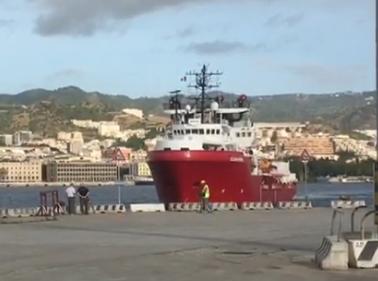 Migranti, Ocean Viking approdata al porto di Messina